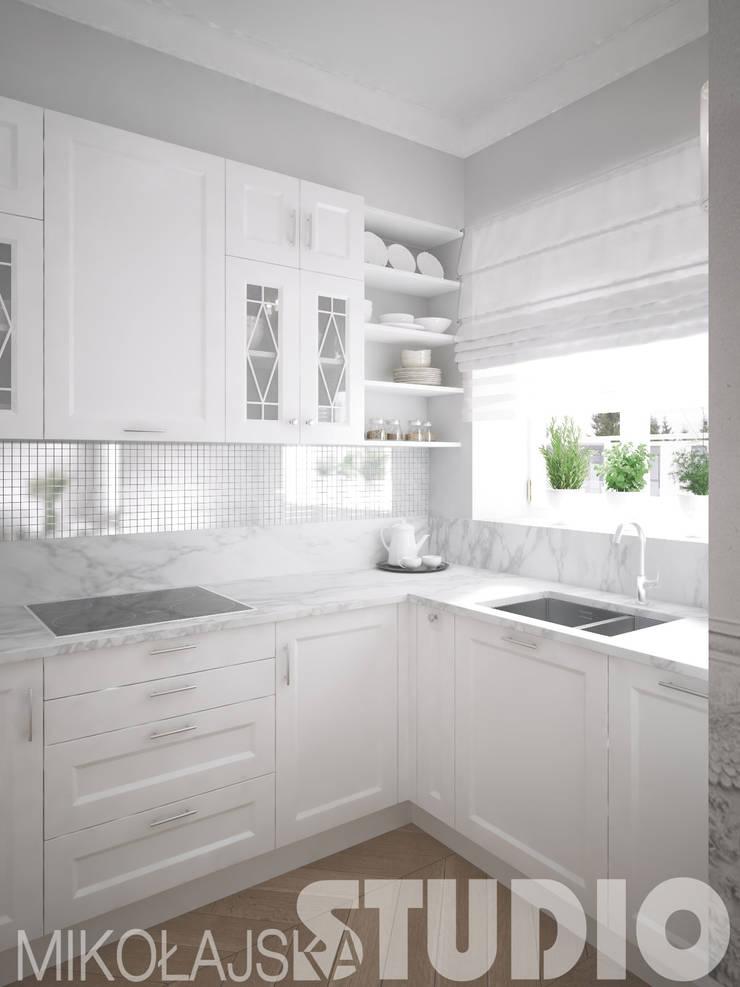 kuchnia-biały marmur-projekt: styl , w kategorii  zaprojektowany przez MIKOŁAJSKAstudio