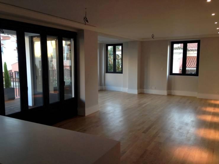 T3 Lisbon Luxury Apartment: Corredores e halls de entrada  por EU LISBOA
