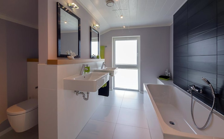 Bathroom by Licht-Design Skapetze GmbH & Co. KG