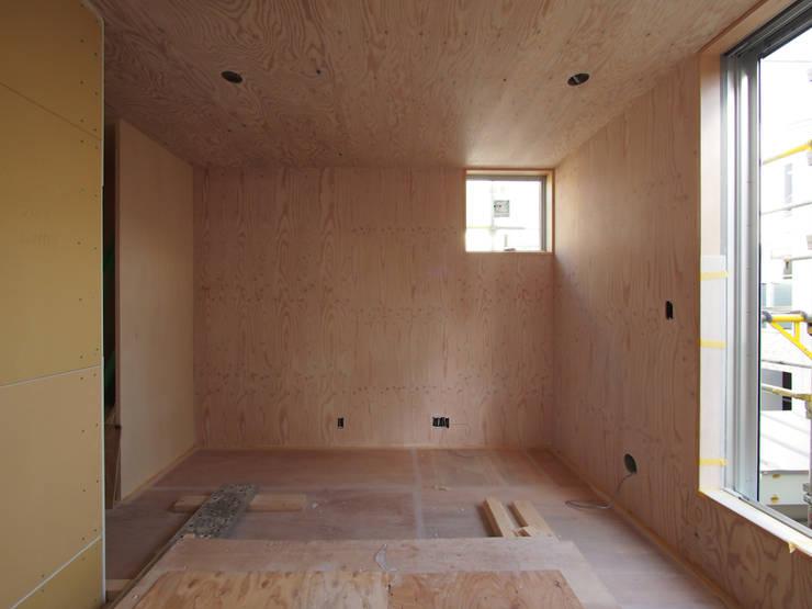 構造用合板の内装(塗装後): 株式会社エキップが手掛けた家です。