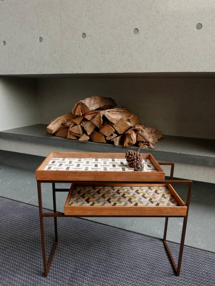 Mosaic Tray Table: Studio Mosaicoが手掛けたリビングルームです。,