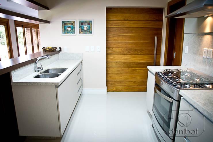 Condomínio Lago da Figueira: Cozinhas  por NATALIA ELLWANGER ARQUITETUTA,