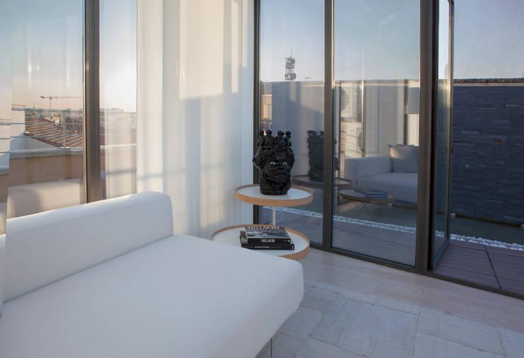 Superattico con vista sul centro città a Milano: Balcone, Veranda & Terrazzo in stile  di Archidromo - Circuito di Architettura -