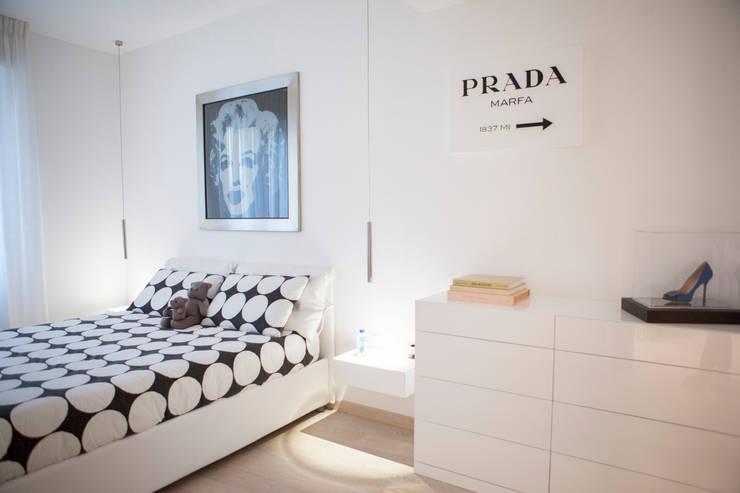 Superattico con vista sul centro città a Milano: Camera da letto in stile in stile Minimalista di Archidromo - Circuito di Architettura -