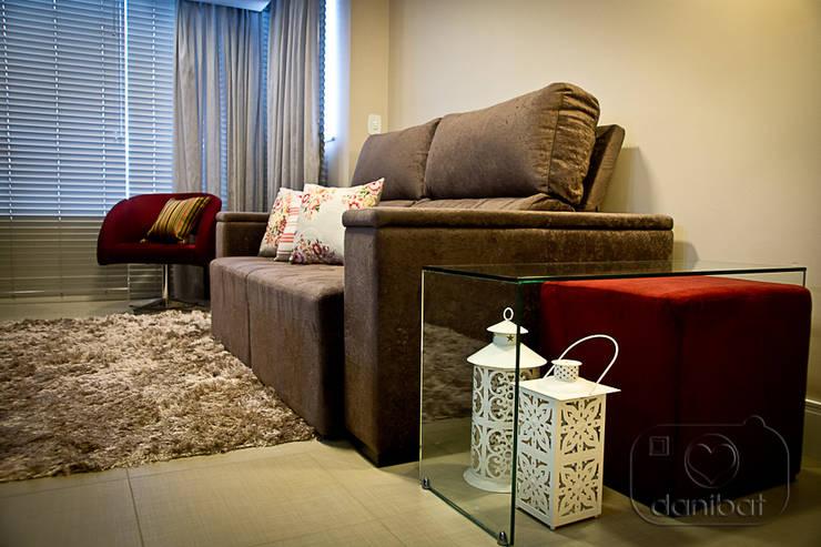 Apartamento - pequenos espaço: Salas de estar  por NATALIA ELLWANGER ARQUITETUTA,