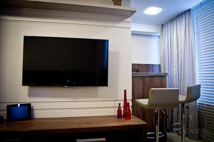 Apartamento – pequenos espaço: Salas de estar  por NATALIA ELLWANGER ARQUITETUTA,
