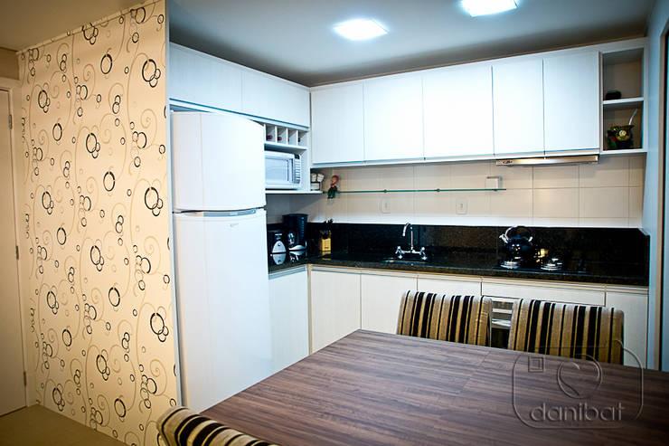 Apartamento – pequenos espaço: Cozinhas  por NATALIA ELLWANGER ARQUITETUTA,