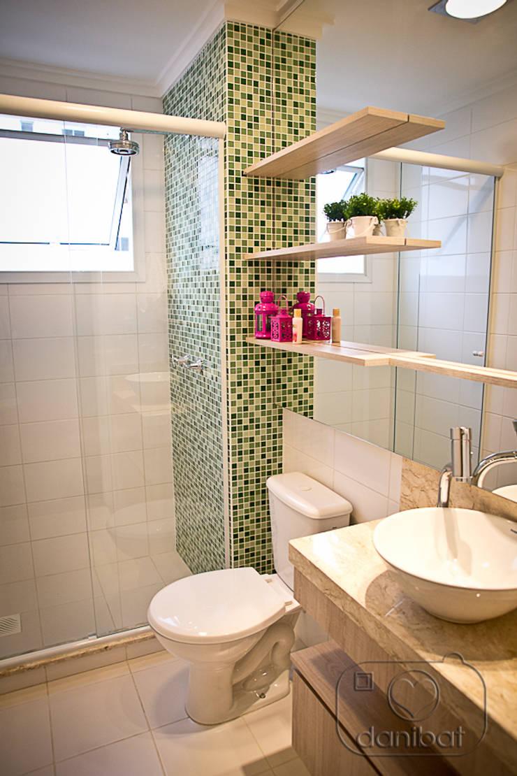 Apartamento – pequenos espaço: Banheiros  por NATALIA ELLWANGER ARQUITETUTA,