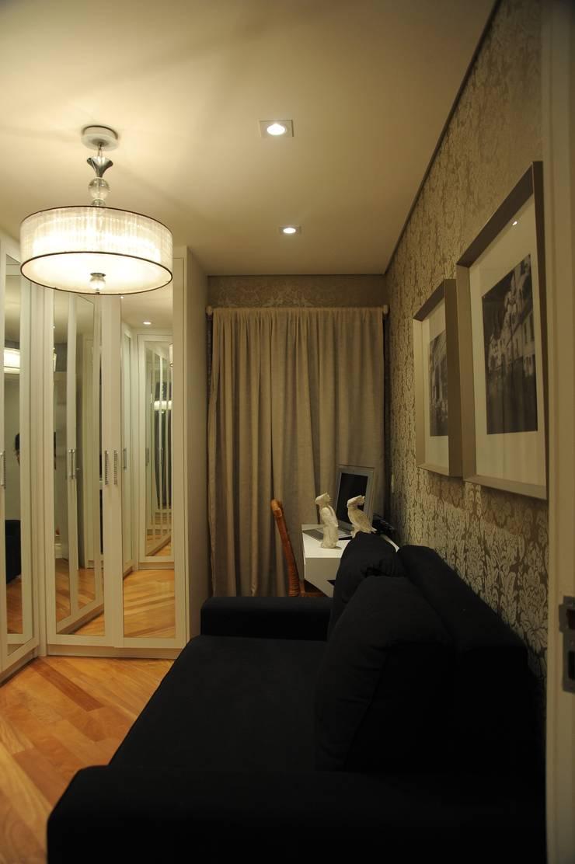 Apartamento Perdizes - São Paulo: Closets  por veronica gaburro arquitetura e interiores,