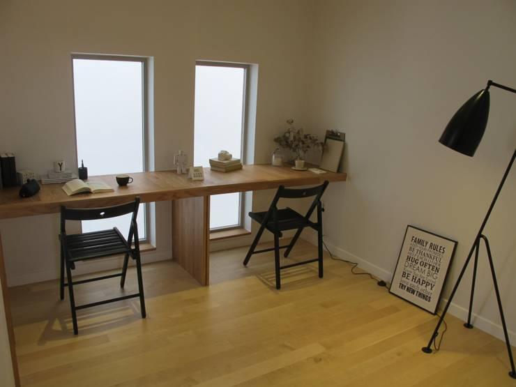 Projekty,  Domowe biuro i gabinet zaprojektowane przez 루트 주택
