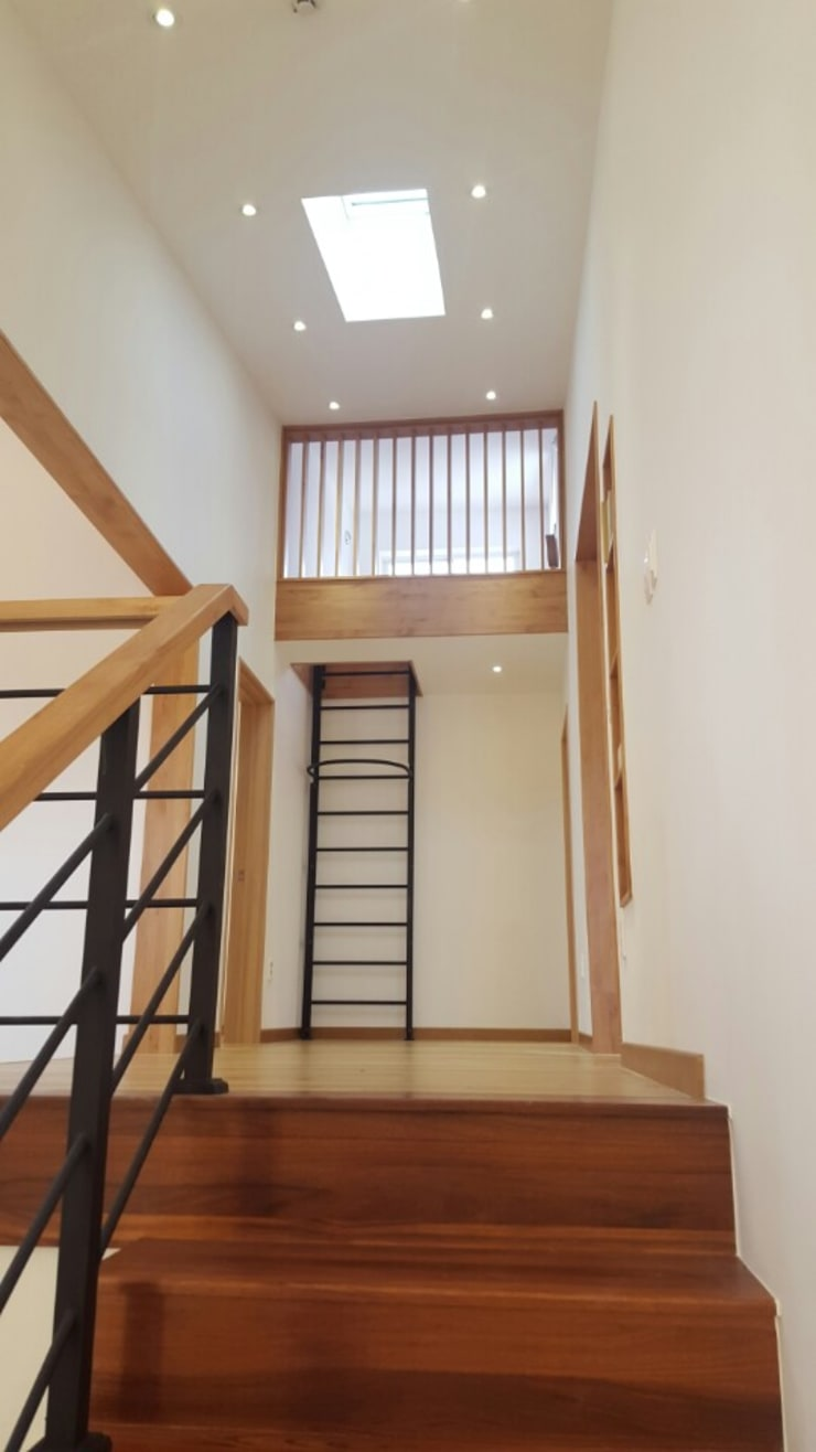 Modern corridor, hallway & stairs by 루트 주택 Modern