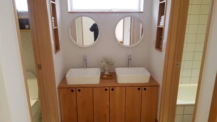 Modern bathroom by 루트 주택 Modern