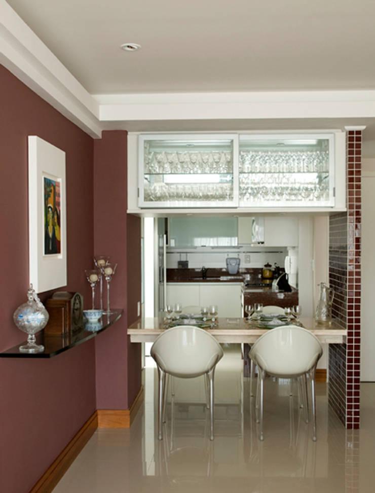 Apartamento Ipanema : Cozinhas  por Carlos Salles Arquitetura e Interiores,