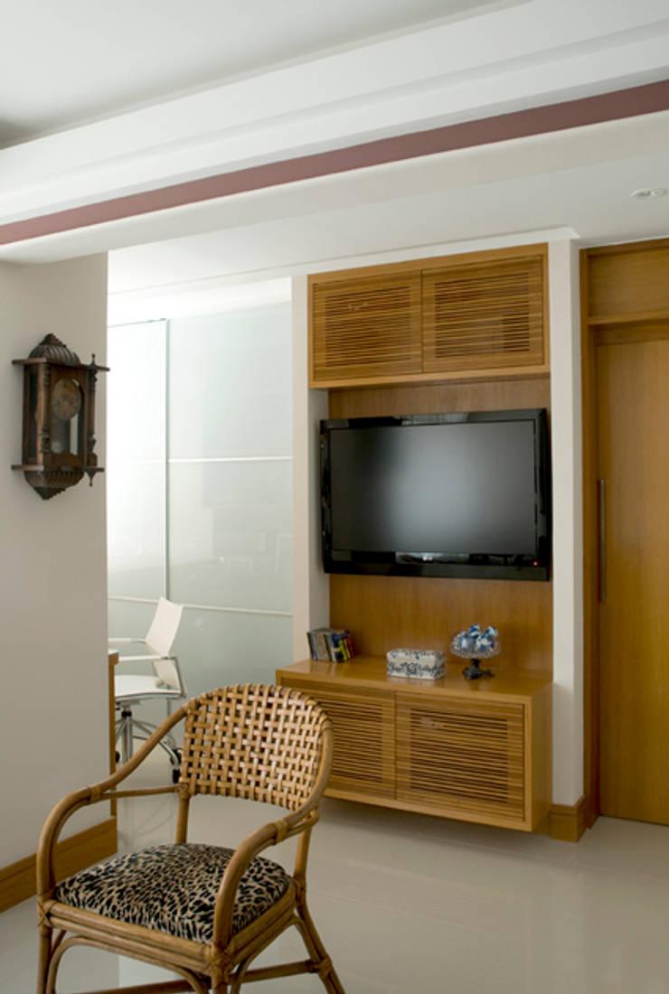 Apartamento Ipanema : Salas multimídia  por Carlos Salles Arquitetura e Interiores,