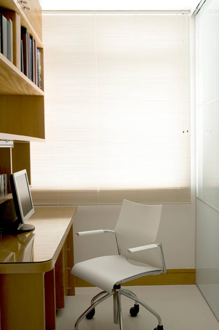 Apartamento Ipanema : Escritórios  por Carlos Salles Arquitetura e Interiores,
