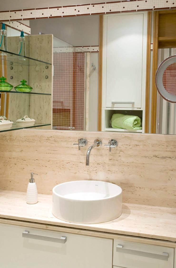 Apartamento Ipanema : Banheiros  por Carlos Salles Arquitetura e Interiores,
