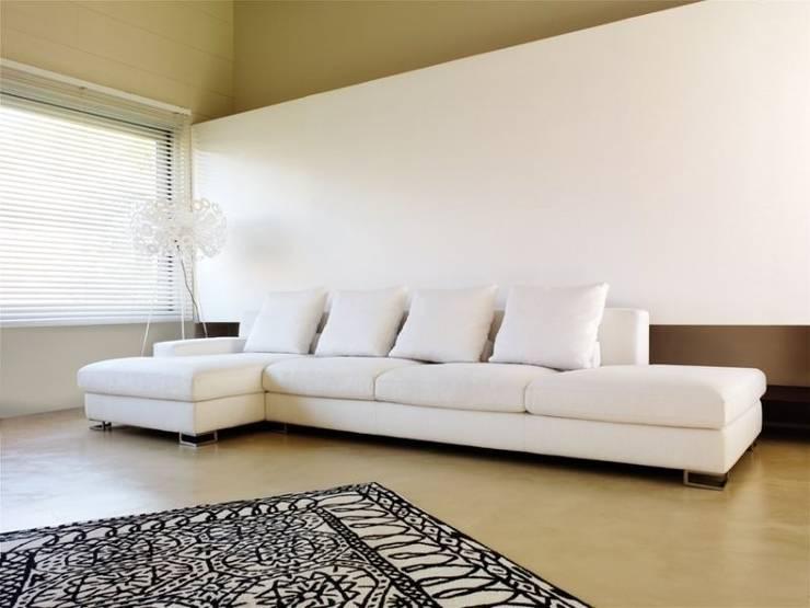 rafemar: Livings de estilo  por rosario sofas