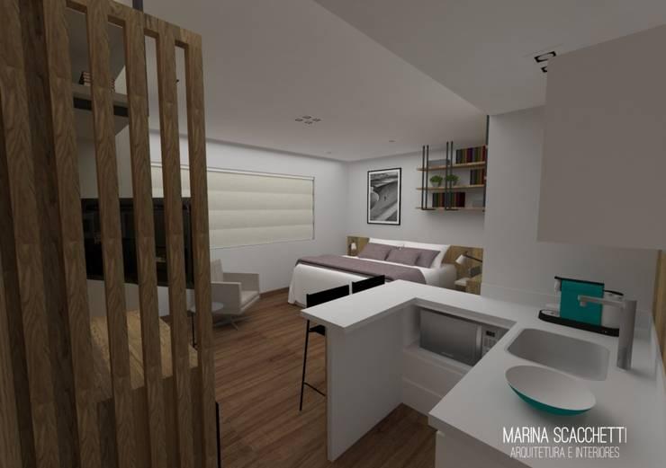 Perspectiva do flat com vista para a copa e dormitório: Quartos  por Marina Scacchetti Arquitetura e Interiores,