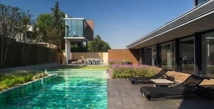 Casa Ticoman: Casas de estilo  por Idea Cubica