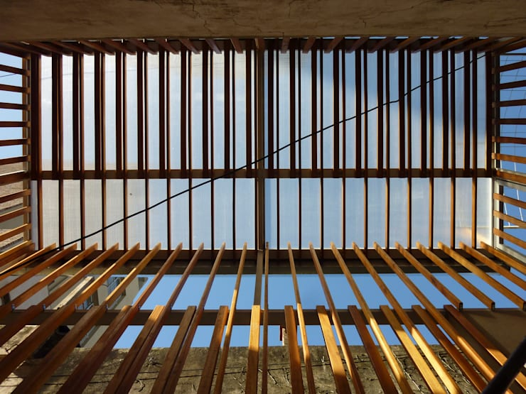 Celosía de madera de deck. Cerramiento un de patio interno.: Casas de estilo  por AlMargen Estudio
