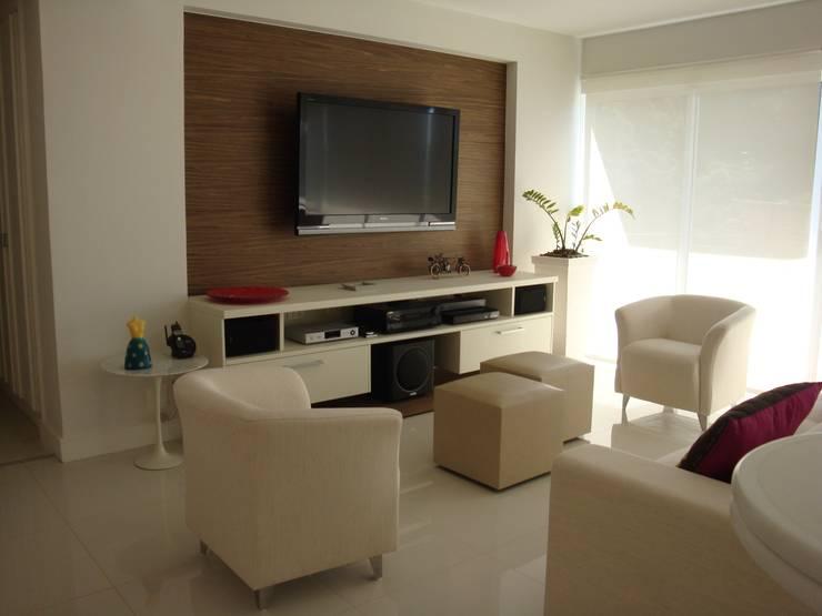 Apartamento - Gávea - Rio: Salas de estar  por Carlos Salles Arquitetura e Interiores,