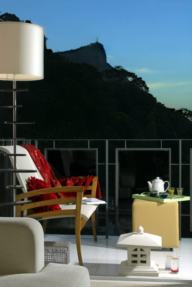Apartamento – Gávea – Rio: Terraços  por Carlos Salles Arquitetura e Interiores,