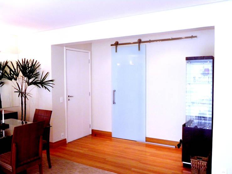 Projeto de Arquitetura e Reforma – Apartamento Guarulhos – Alta Vista: Salas de estar  por SIA Arquitetura e Urbanismo,