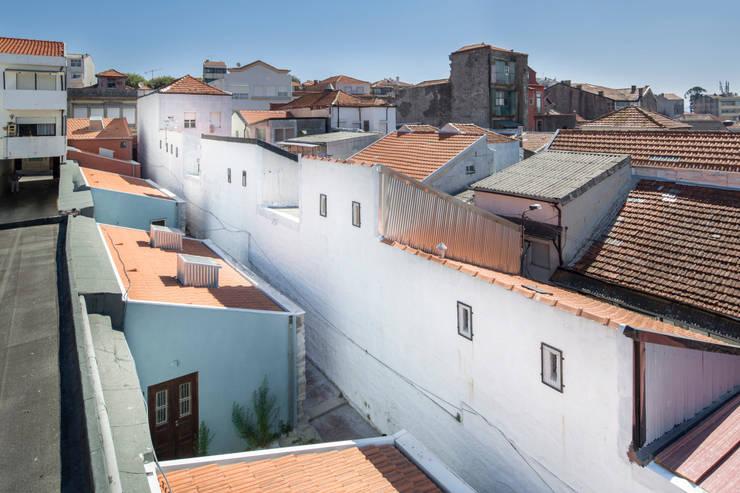 Reabilitação de Ilha no Porto: Casas  por BAAU - Bernardo Amaral Arquitectura+Urbanismo