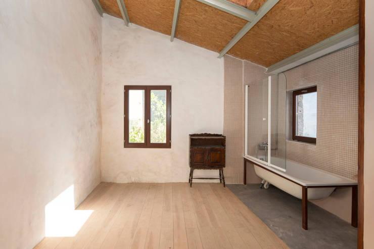 Reabilitação de Ilha no Porto: Quartos  por BAAU - Bernardo Amaral Arquitectura+Urbanismo