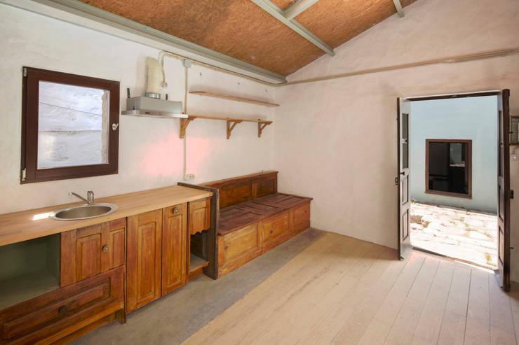 Reabilitação de Ilha no Porto: Cozinhas  por BAAU - Bernardo Amaral Arquitectura+Urbanismo