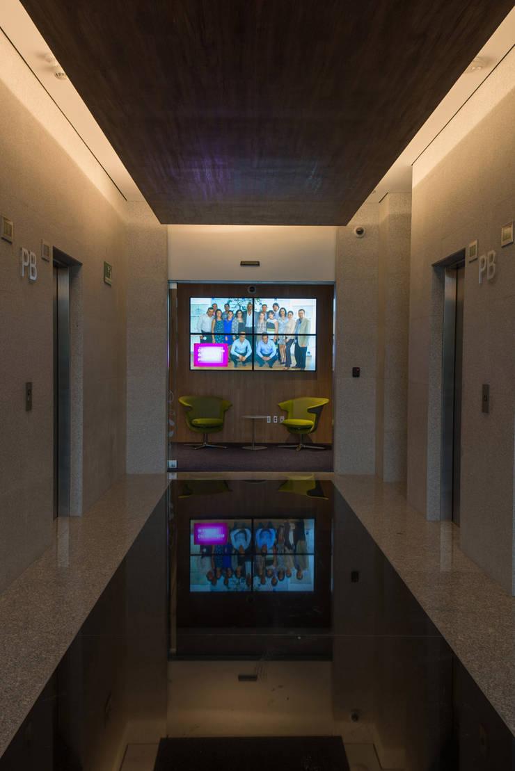 AXA Querétaro Back Offices: Pasillos y recibidores de estilo  por Serrano Monjaraz Arquitectos
