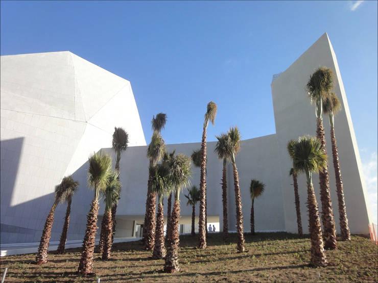 Pabellón Cultural de la República: Jardines de estilo  por Serrano Monjaraz Arquitectos