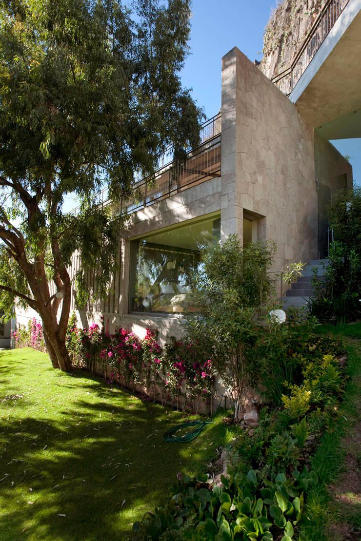 Casa L : Jardines de estilo  por Serrano Monjaraz Arquitectos