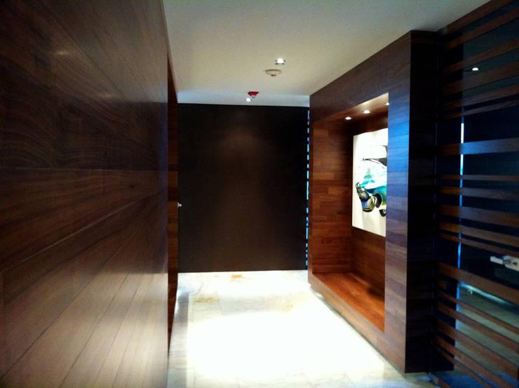 Oficinas Decomarc: Estudios y oficinas de estilo  por Serrano Monjaraz Arquitectos