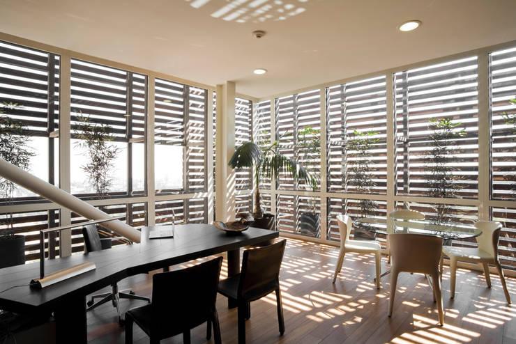 Edificio Vidalta: Estudios y oficinas de estilo  por Serrano Monjaraz Arquitectos