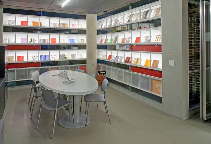 Showroom Hunter Douglas: Estudios y oficinas de estilo  por Serrano Monjaraz Arquitectos