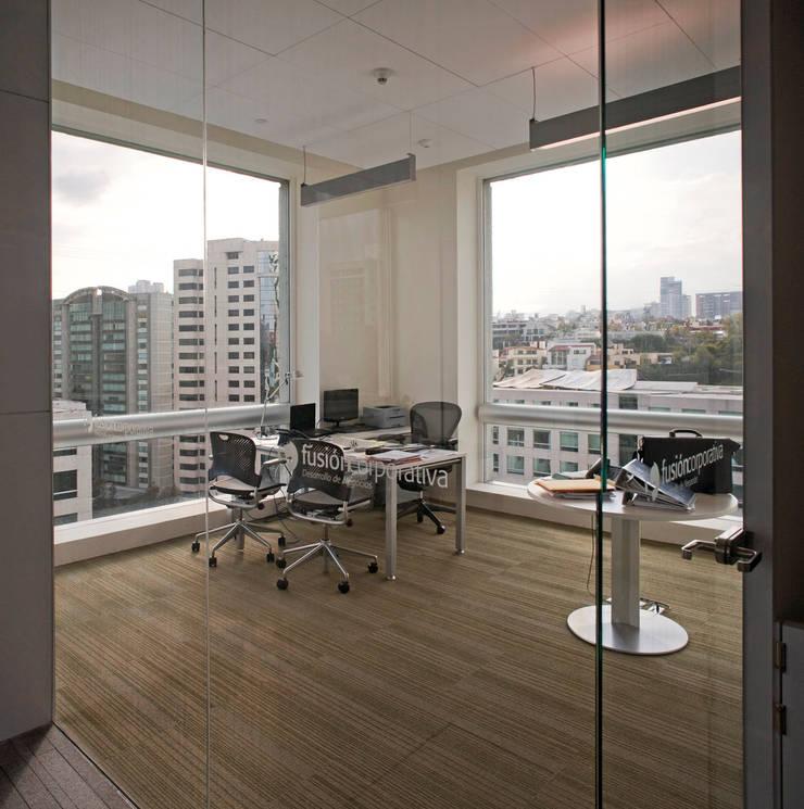 Fusión Corporativa : Estudios y oficinas de estilo  por Serrano Monjaraz Arquitectos