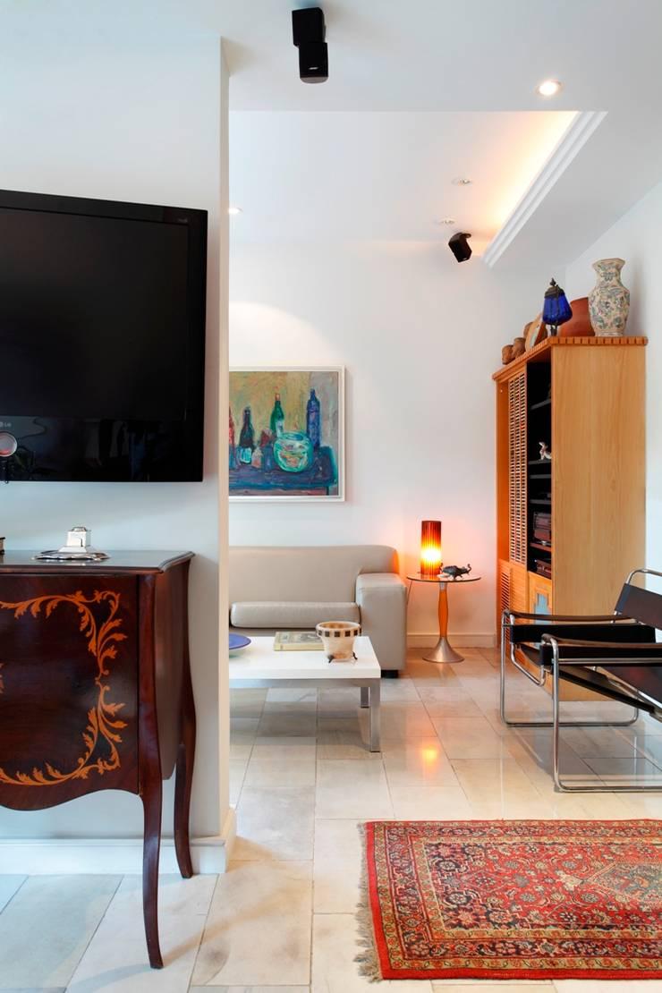 Media room by Carlos Salles Arquitetura e Interiores, Eclectic