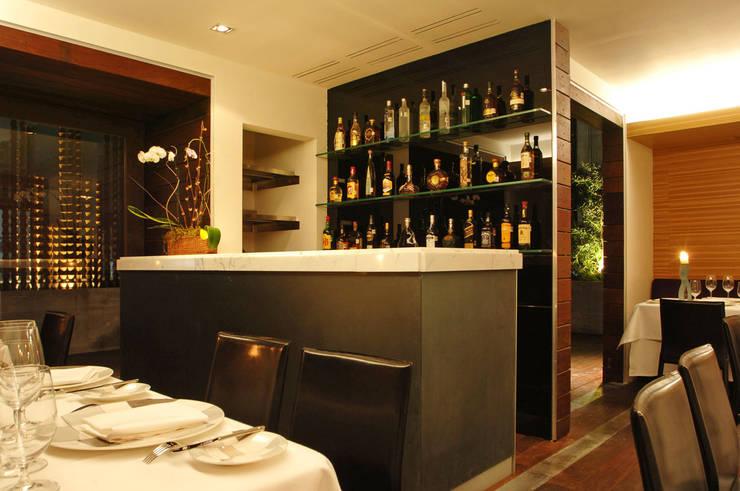 Restaurante Jaso : Cavas de estilo  por Serrano Monjaraz Arquitectos
