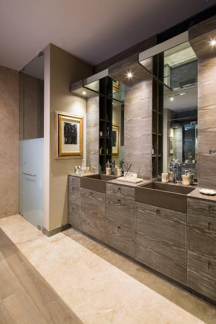 P.CENTRAL / LINEA VERTICAL : Baños de estilo  por Idea Cubica