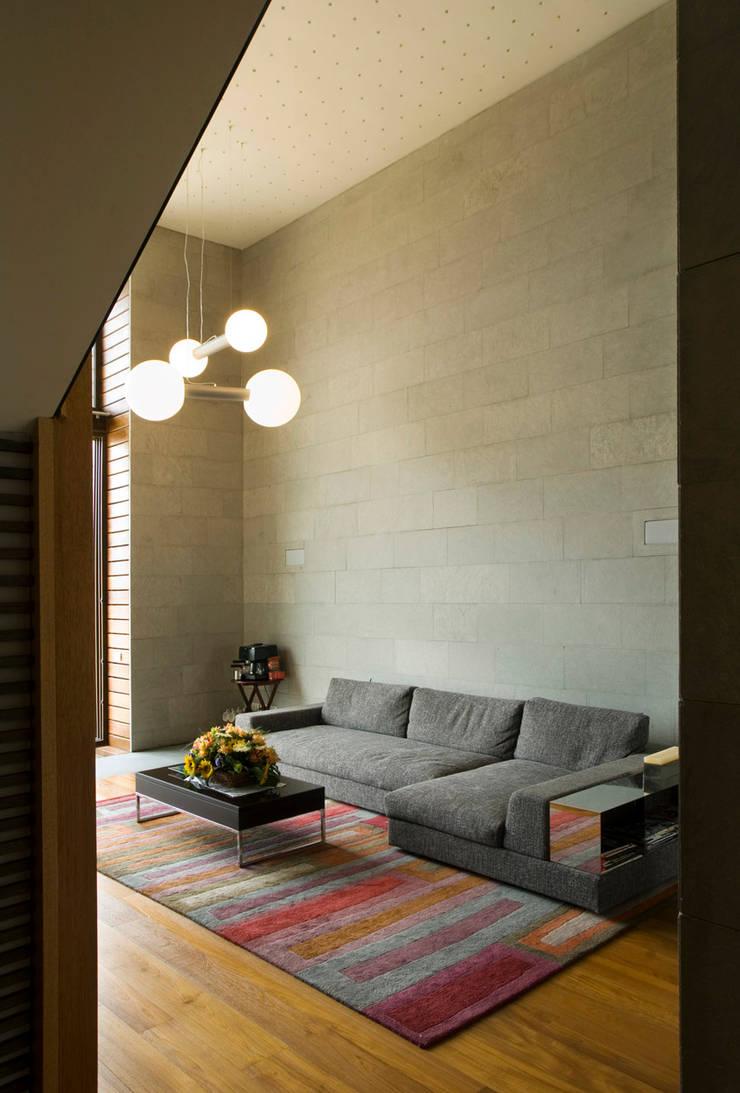 Casa LB : Salas de estilo  por Serrano Monjaraz Arquitectos