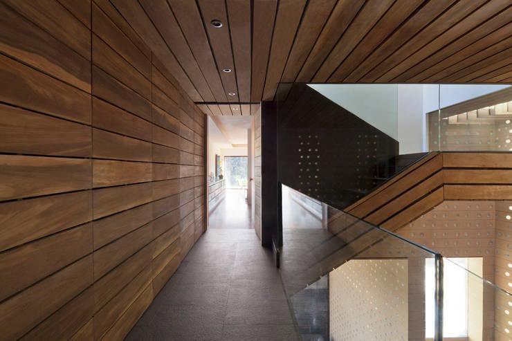 Casa Tierra : Pasillos y recibidores de estilo  por Serrano Monjaraz Arquitectos
