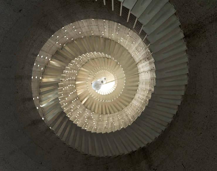 Cumbres de Santa Fé: Pasillos y recibidores de estilo  por Serrano Monjaraz Arquitectos