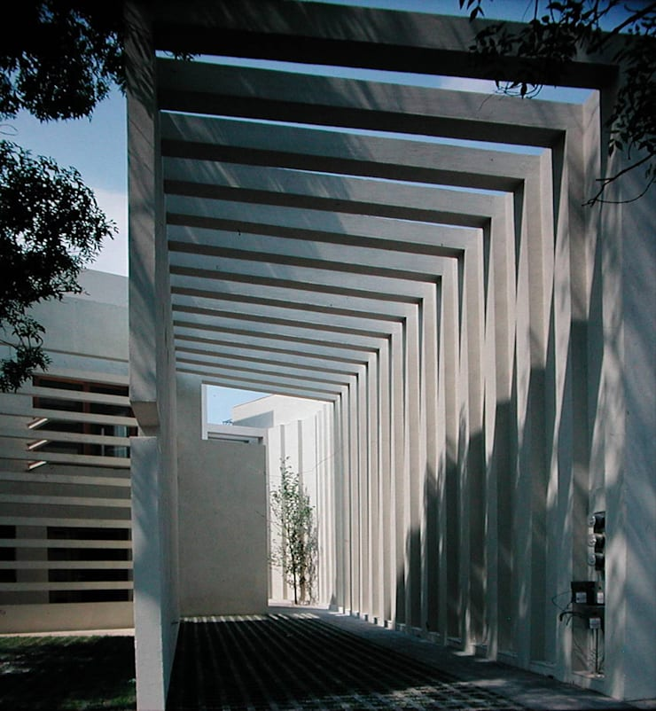 Corporativo Tres Picos: Pasillos y recibidores de estilo  por Serrano Monjaraz Arquitectos