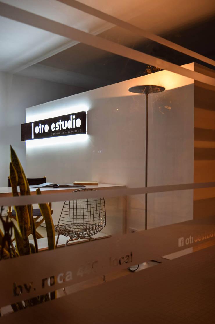 otro estudio [oficina de arquitectos]: Oficinas y Tiendas de estilo  por otro estudio [oficina de arquitectos]