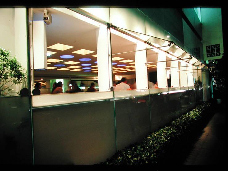 Restaurante Capicúa Nuevo León : Pasillos y recibidores de estilo  por Serrano Monjaraz Arquitectos