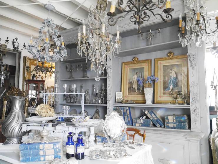 French Shelf: aje antiquesが手掛けたリビングルームです。