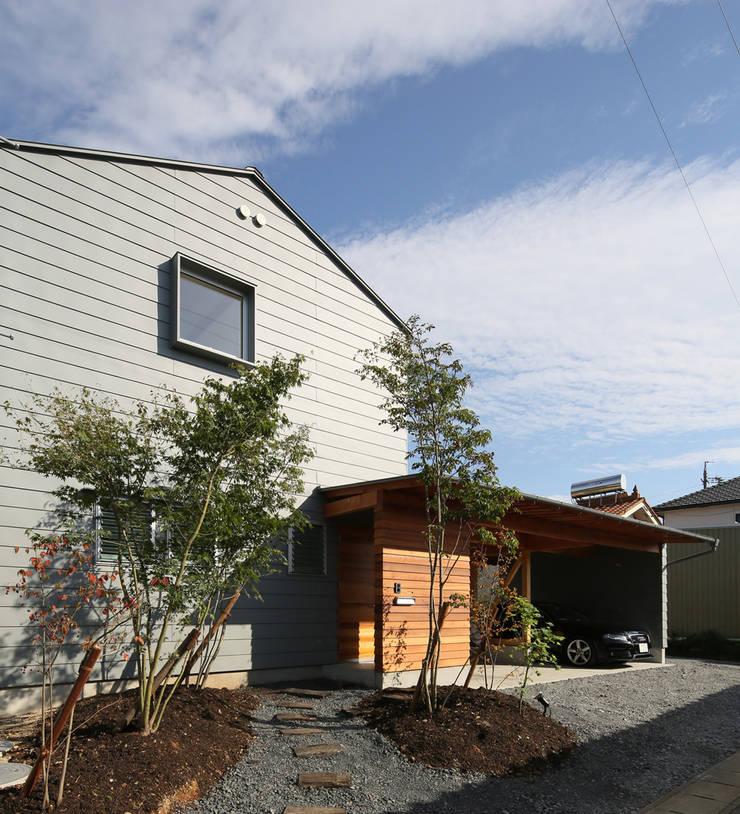 ガレージのある家: 松原建築計画 / Matsubara Architect Design Officeが手掛けた家です。,