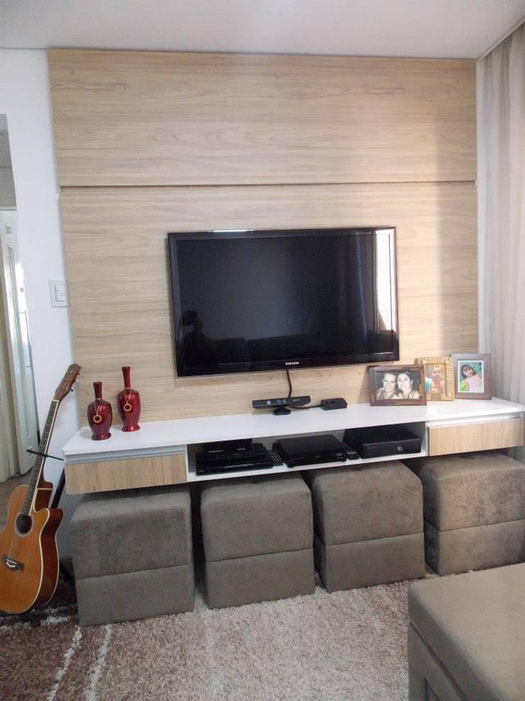 painel de Tv : Sala de estar  por Marcenaria gmt,
