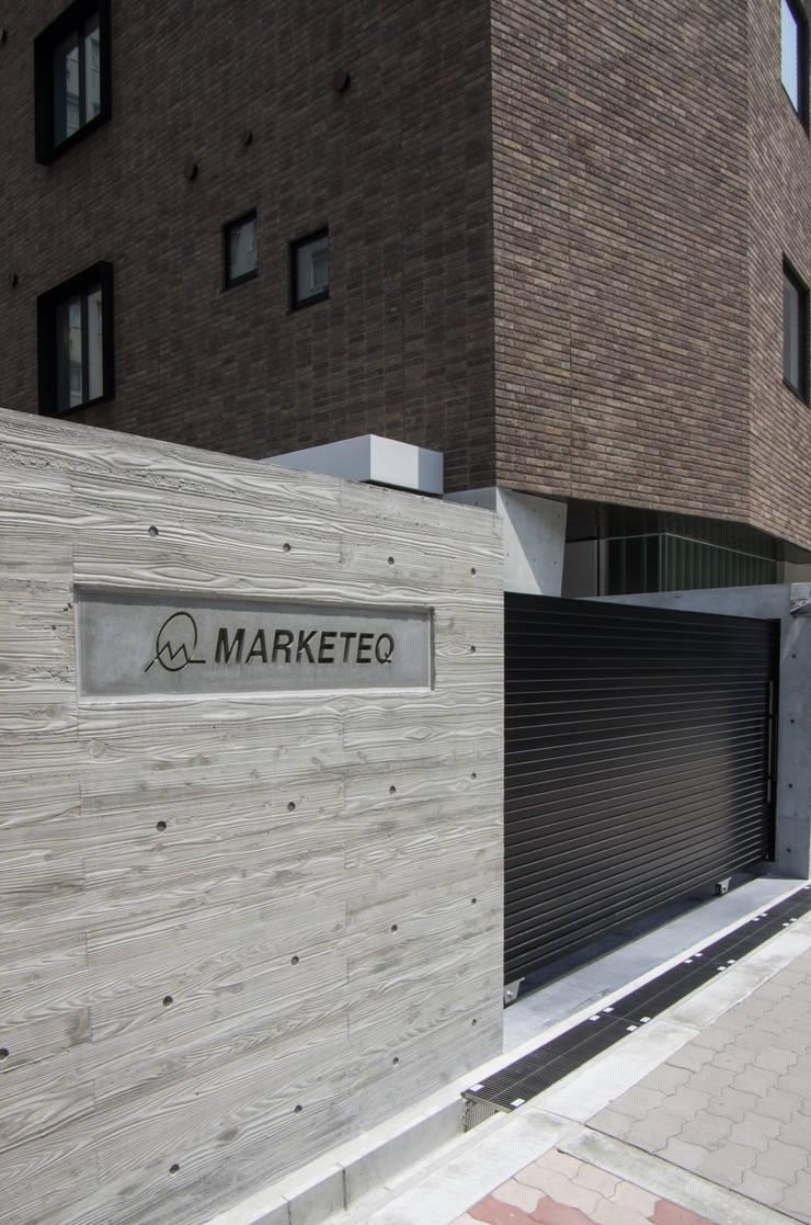 新大阪のオフィスビル/サイン2: 一級建築士事務所アールタイプが手掛けたオフィスビルです。